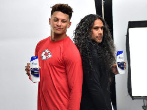 1UP Sports Marketing client Patrick Mahomes and Troy Polamalu stand back-to-back during a Head & Shoulders commercial