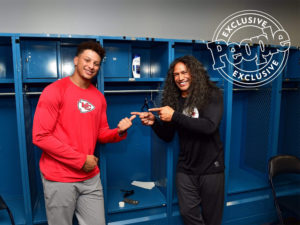1UP Sports Marketing client Patrick Mahomes smiling and pointing at Troy Polamalu in a locker room during a Head & Shoulders commercial